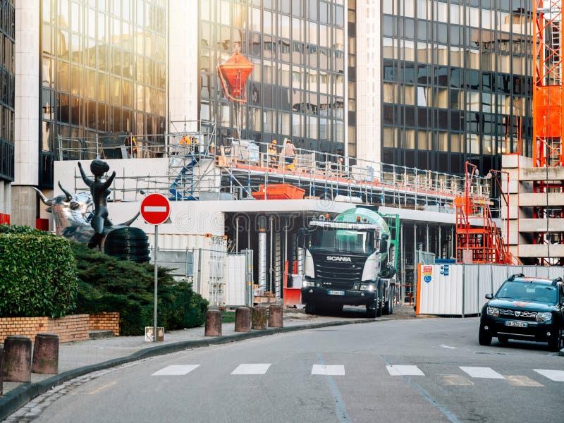 Camion de mélangeur de ciment de Scania sur le site photos libres de droits
