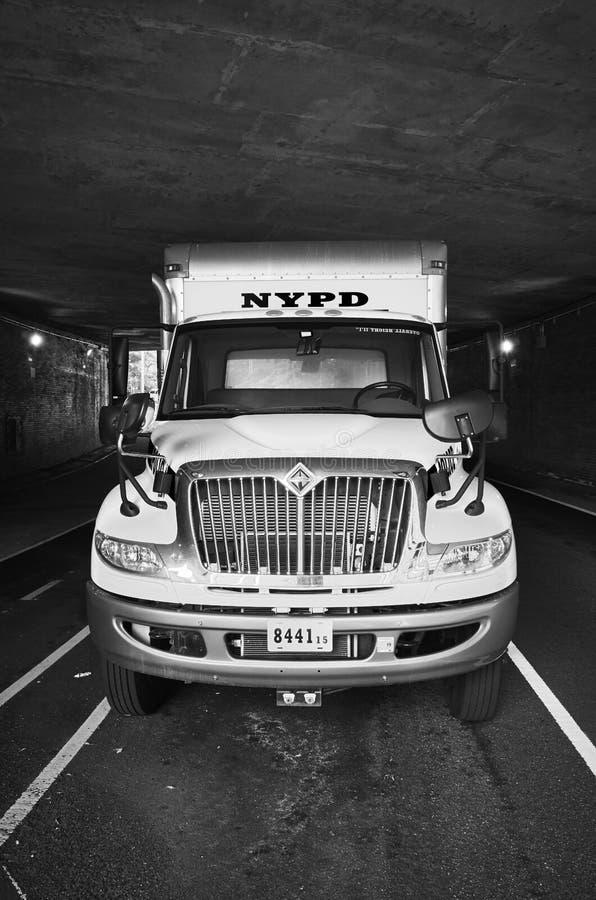 Camion de NYPD garé sous un passage supérieur à New York du centre photographie stock
