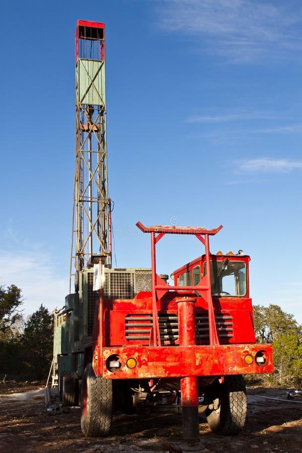 Camion de perçage de puits d'eau image libre de droits