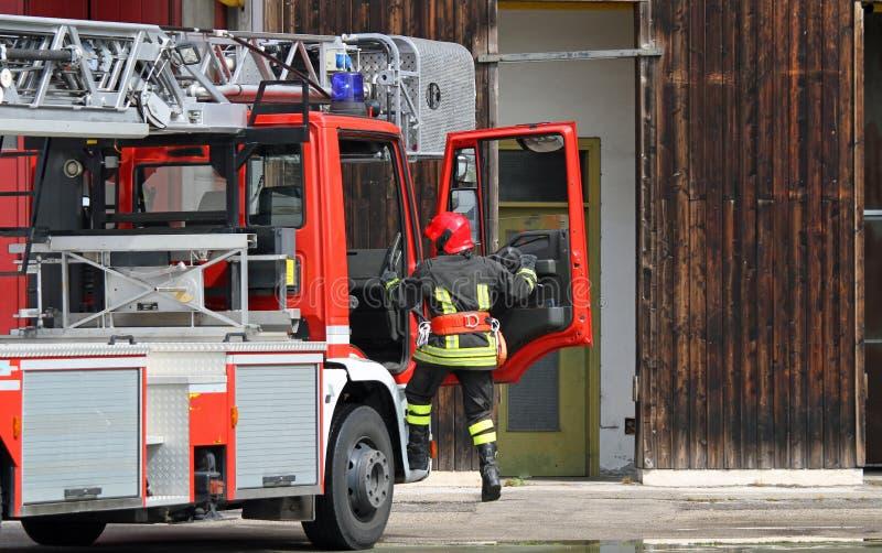 Camion de pompiers avec un sapeur-pompier pendant un appel d'urgence photos libres de droits