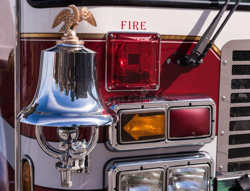 Camion de pompiers Bell, Eagle, chien de Taureau et lumières images libres de droits