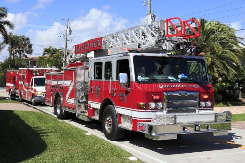 Camion de pompiers et deux ambulances photographie stock