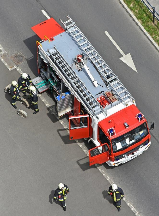 Camion de pompiers et sapeurs-pompiers photos stock