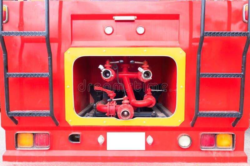Camion de pompiers de plan rapproché et tuyau d'incendie rouge, feu et délivrance photos libres de droits