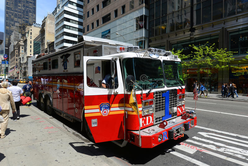 Download Camion De Pompiers Rouge à New York City Photo éditorial - Image du sauvetage, lumière: 76089781