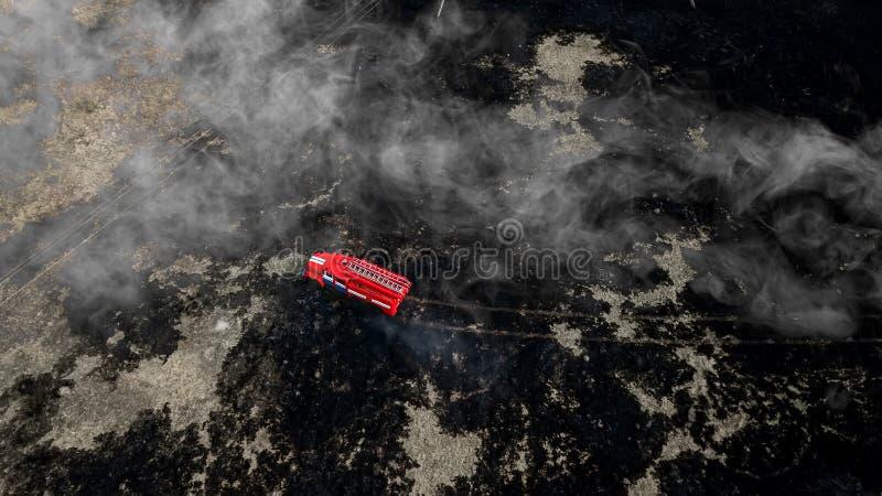 Camion de pompiers sur la photographie aérienne du feu photo stock
