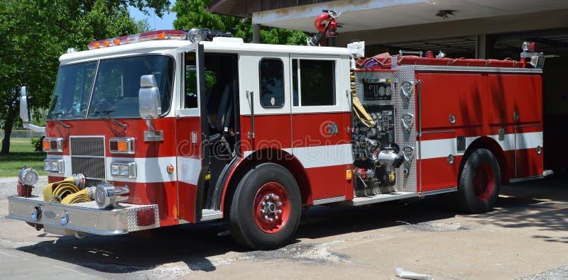 Camion de pompiers sur la précipitation image libre de droits