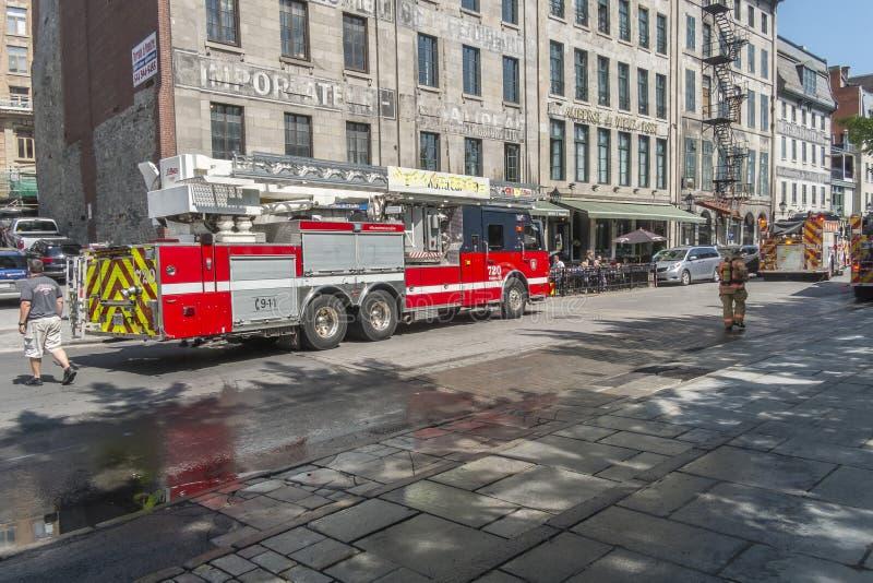 Camion de pompiers sur la précipitation images stock