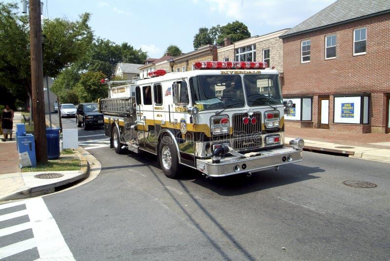 Camion de pompiers volontaire de corps de sapeurs-pompiers de Riverdale entraînant une réduction la rue en parc de Riverdale, le  images stock