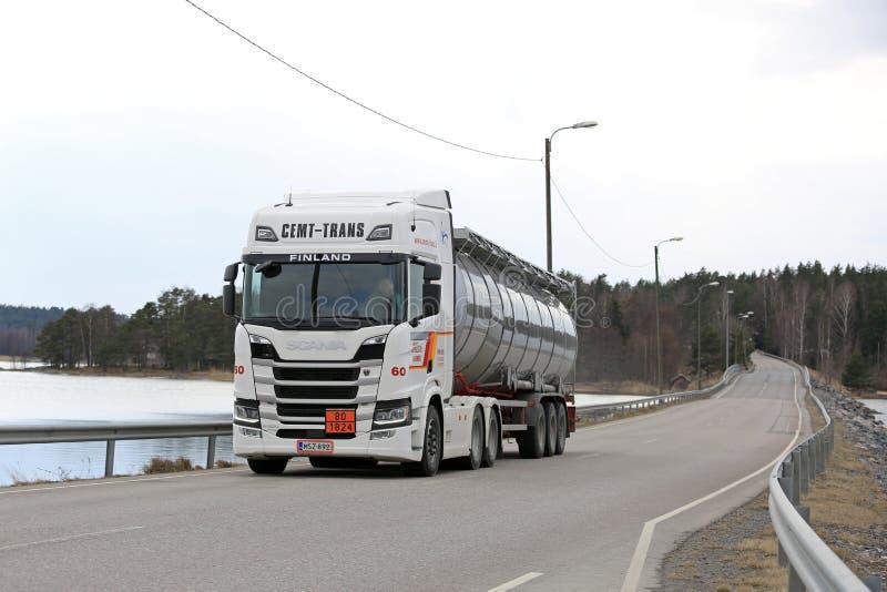 Camion de réservoir blanc de Scania R500 de prochaine génération sur le pont photos stock