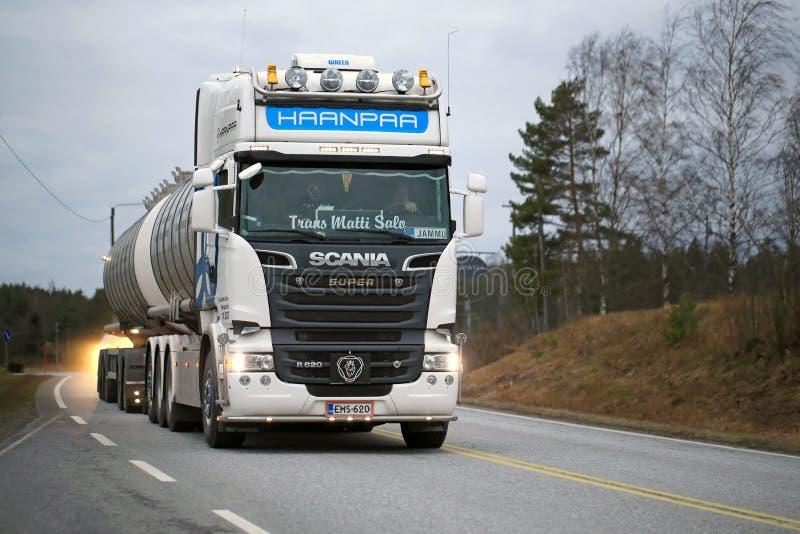 Camion de réservoir blanc de Scania R620 sur la route photographie stock libre de droits
