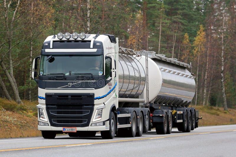 Camion de réservoir blanc de Volvo FH sur la route photo stock