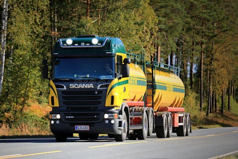 Camion de réservoir de Scania R500 V8 sur la route image stock