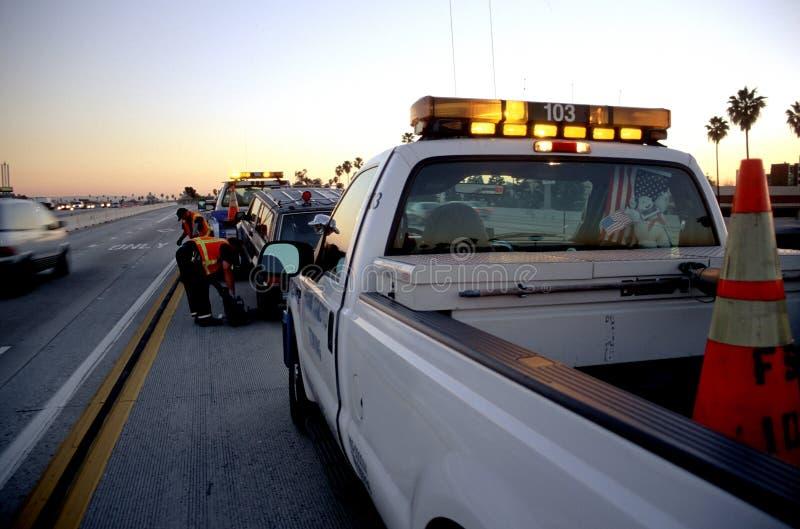 Camion de remorquage dans l'action photos libres de droits