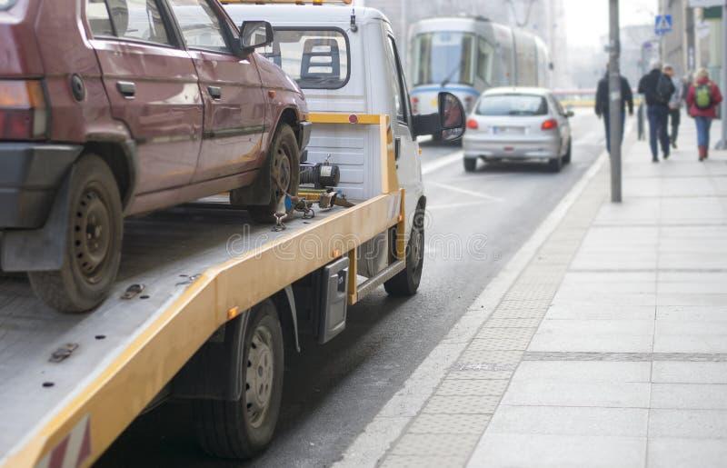 Camion de remorquage de voiture d'aide de bord de la route photographie stock libre de droits