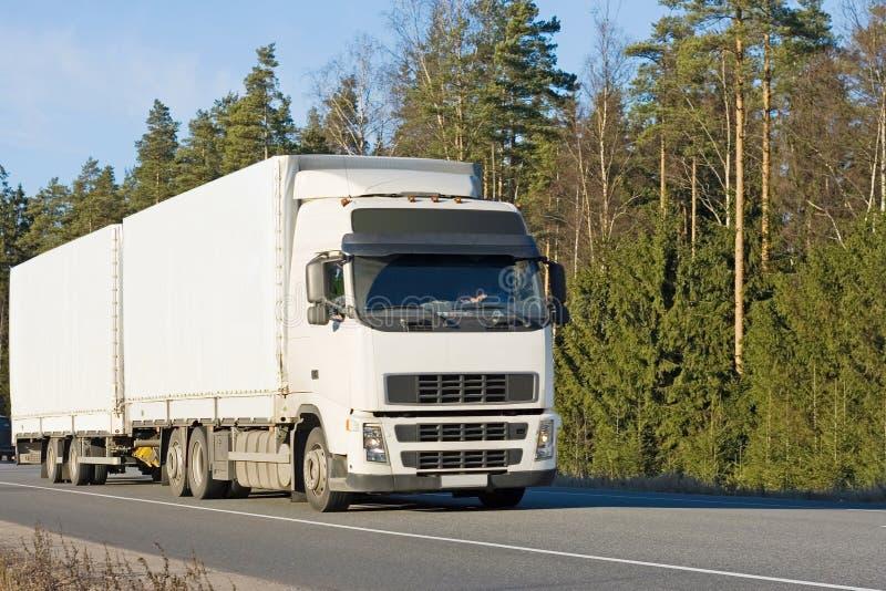 Camion de remorque blanc blanc d'entraîneur sur la route photos stock