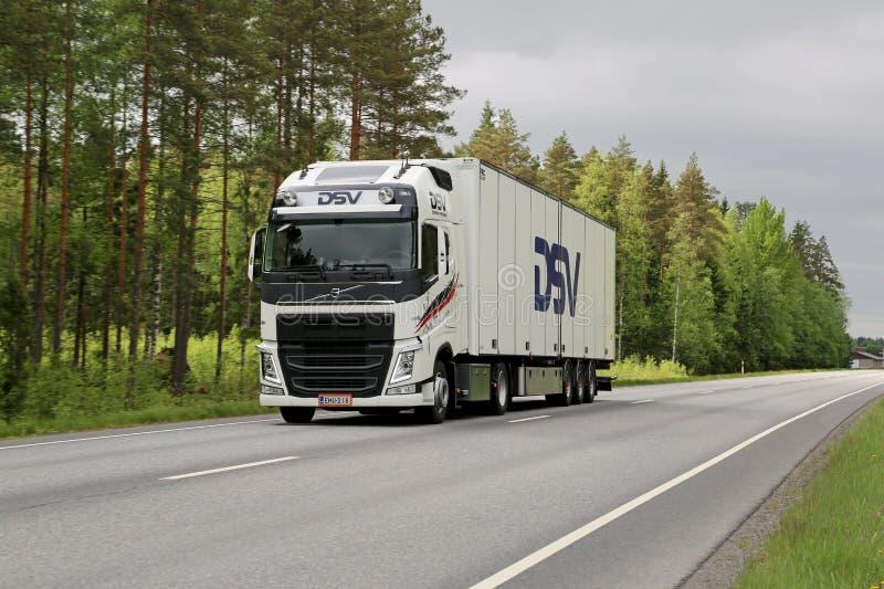 Camion de remorque blanc de Volvo FH sur la route photo libre de droits