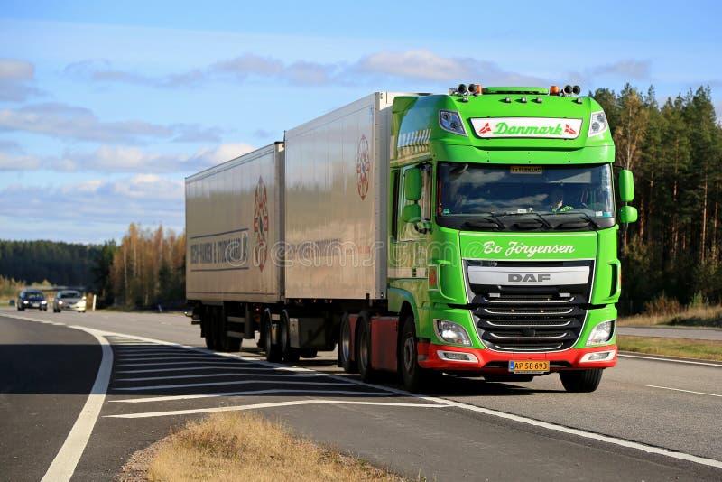 Camion de remorque de la DAF XF de vert de chaux plein sur l'autoroute image libre de droits