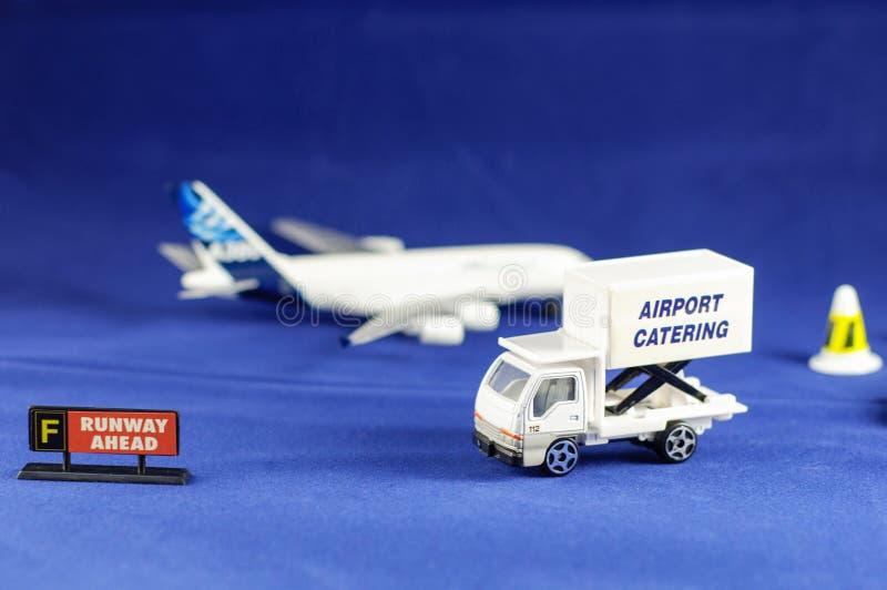 Camion de restauration d'aéroport et signe de piste en avant images libres de droits