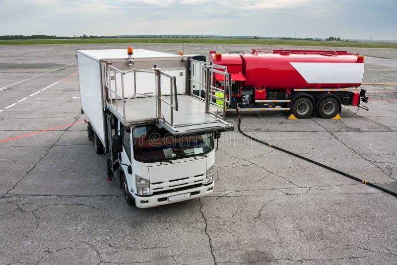 Camion de restauration et camion de ravitaillement sur le tablier d'aéroport images libres de droits