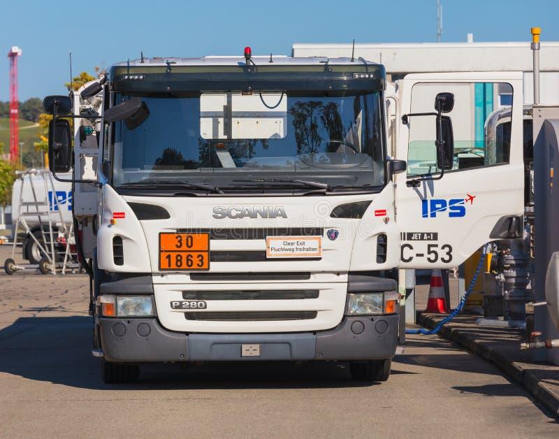 Camion de Scania P280 ? l'a?roport de Zurich image stock