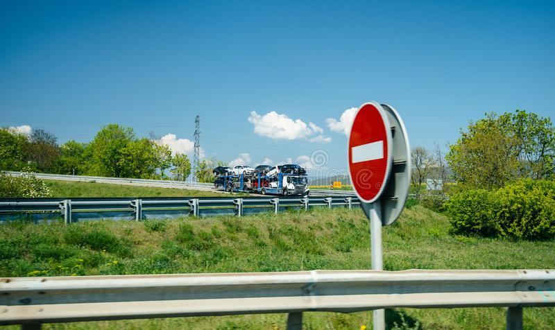 Camion de Scania portant de nouvelles voitures allemandes multiples Volkswagen, BMW, Ford image libre de droits