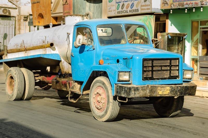 Camion de système d'égouts sur la rue Hurghada Égypte images libres de droits