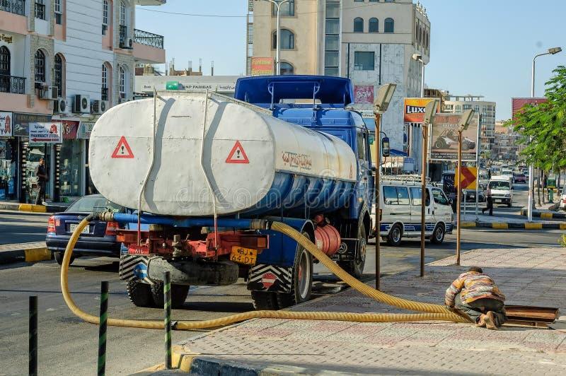 Camion de système d'égouts sur le fonctionnement de rue Hurghada Égypte photo stock