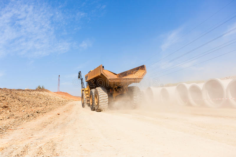 Camion de terrassements de route de construction images stock