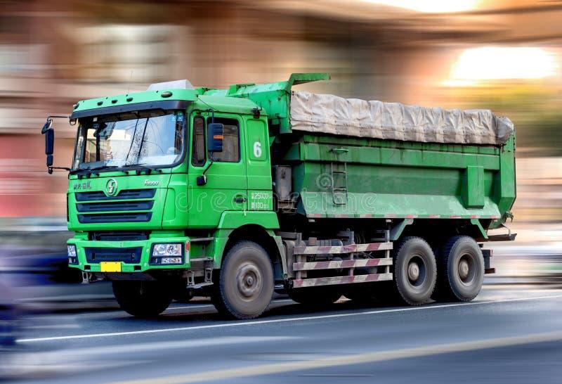 Camion de transport chinois d'industrie lourde photo stock