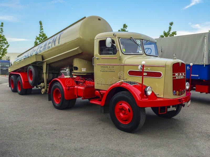 Camion de vieil HOMME photo stock
