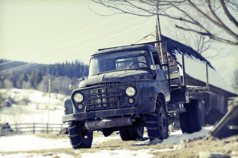 Camion de vintage au contryside photo stock