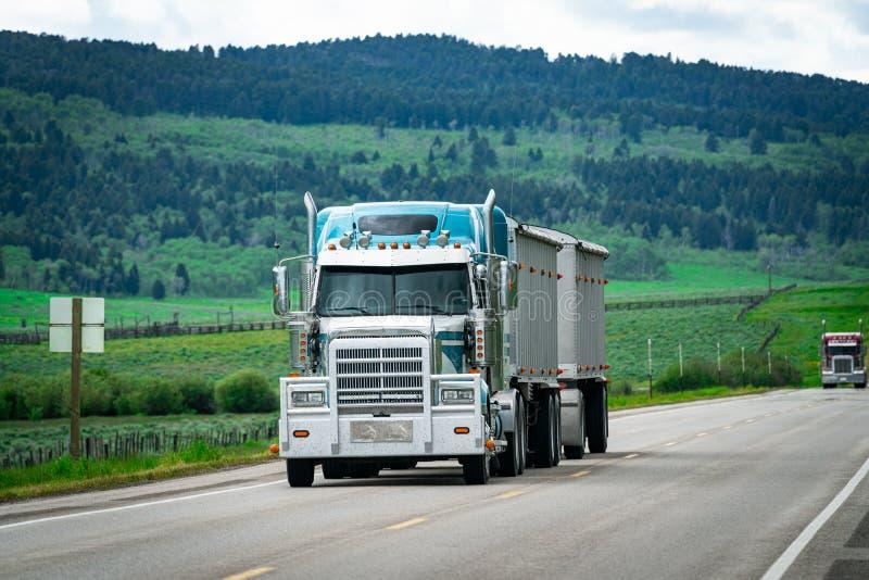 camion dei semi di 18 carrai che consegna carico sulla strada immagine stock libera da diritti