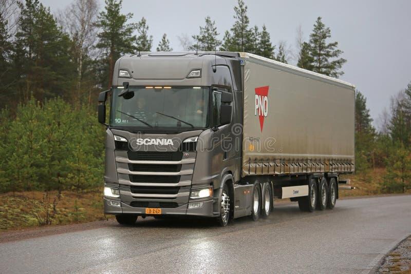 Camion dei semi di Scania della prossima generazione sulla strada principale rurale immagine stock