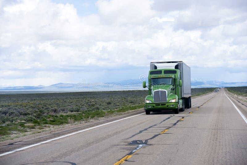 Camion dei semi e rimorchio americani moderni del guardiamarina sulla strada del Nevada immagine stock