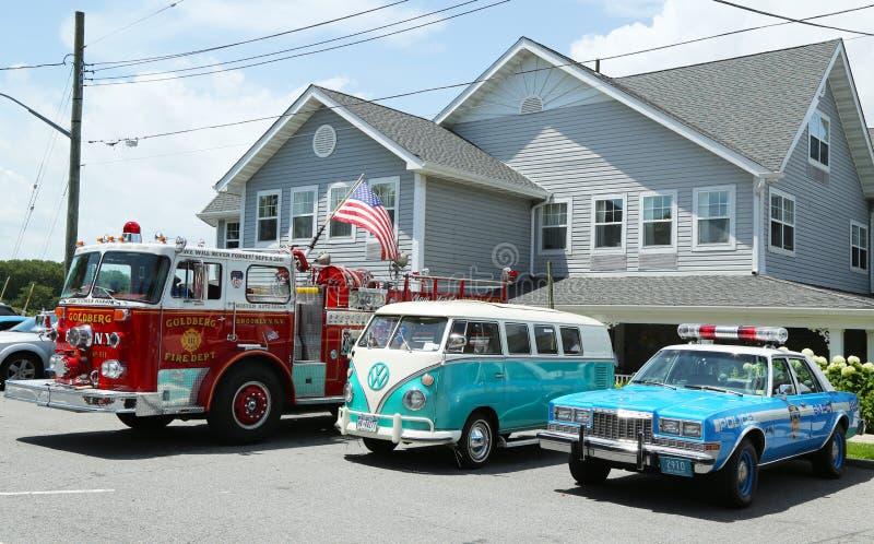 Camion dei vigili del fuoco, bus 1966 di Volkswagen Vanagon e vecchio volante della polizia di NYPD Plymouth su esposizione fotografia stock