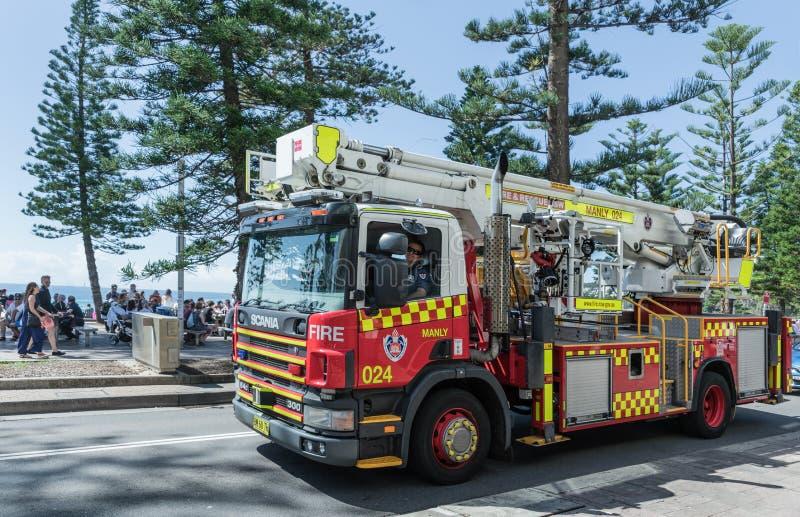 Camion dei vigili del fuoco di virile sulla strada, Sydney Australia fotografia stock libera da diritti