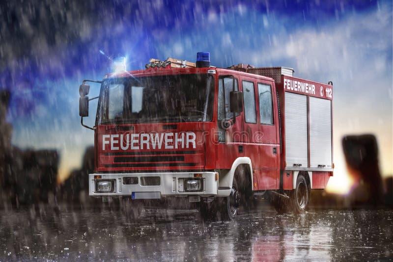 Camion dei vigili del fuoco tedesco nella pioggia che compone fotografie stock