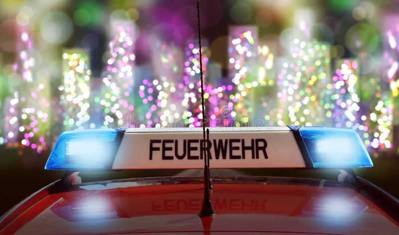 Camion dei vigili del fuoco tedesco sulla strada ad una città fotografia stock
