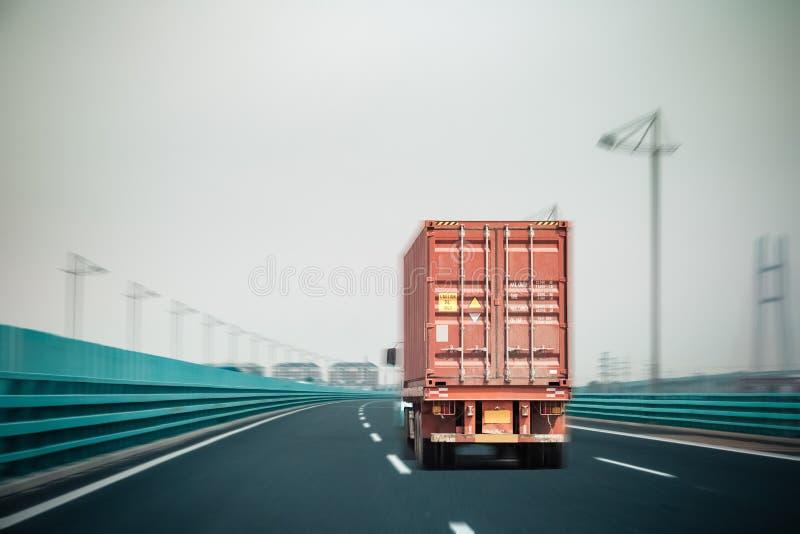 Camion del contenitore sul ponte fotografia stock libera da diritti