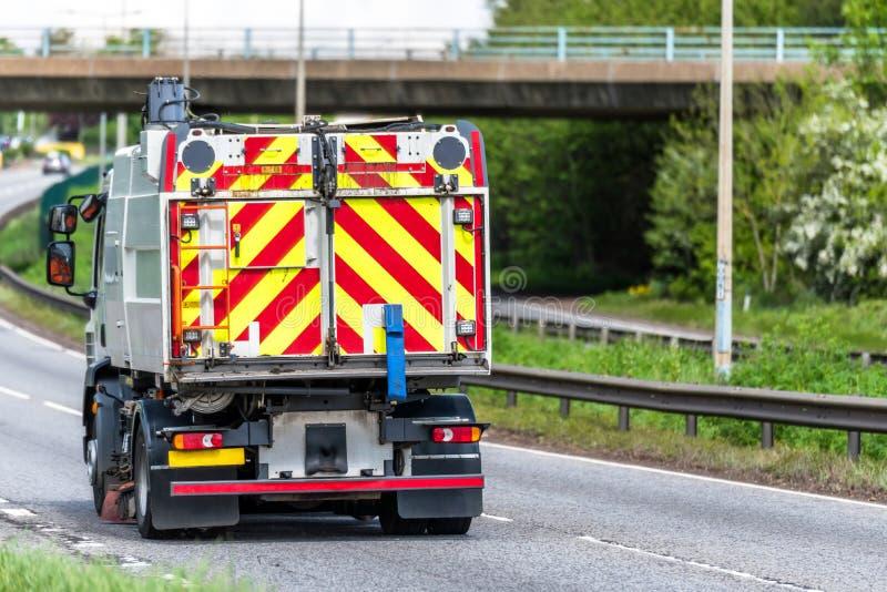 Camion del camion dell'autocisterna di manutenzione delle strade sull'autostrada del Regno Unito nel moto veloce fotografia stock