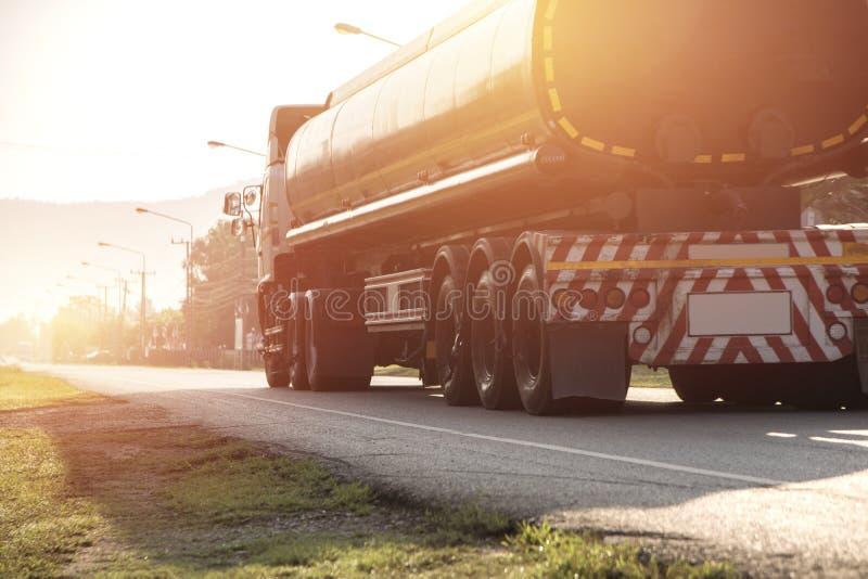 Camion del gas sulla strada principale per il concetto del trasporto fotografie stock