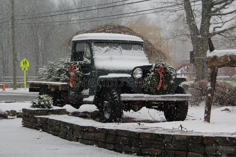 Camion dell'albero di Natale un giorno di Snowy fotografia stock