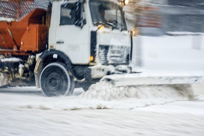 Camion dell'aratro di neve sul lavoro fotografie stock