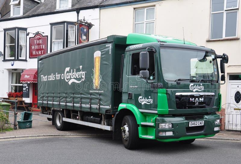 Camion dell'uomo che consegna birra fotografie stock