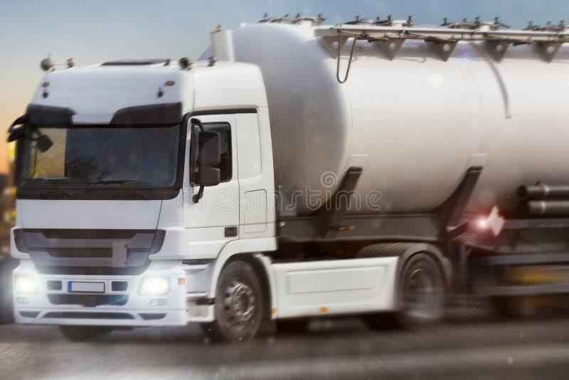 Camion della benzina che accelera nella sera immagini stock libere da diritti