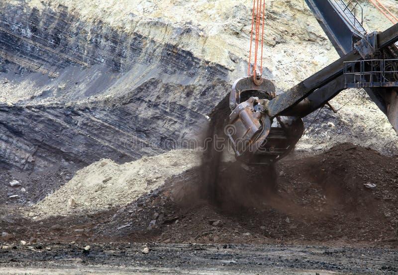 Camion della trazione che sono caricati con il minerale metallifero immagine stock libera da diritti
