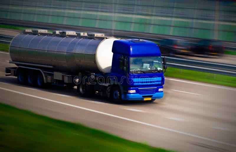 Camion di autocisterna sull'autostrada fotografia stock libera da diritti