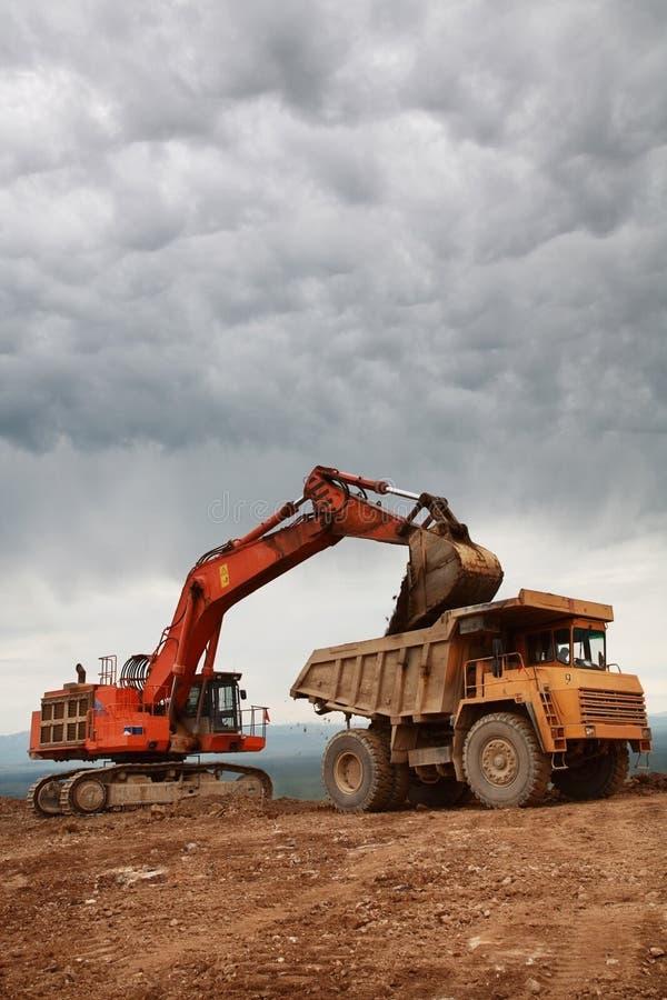 camion di caricamento di eaxcavator immagine stock libera da diritti