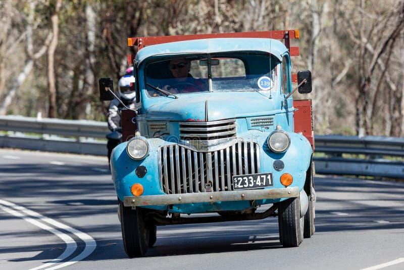 Camion 1946 di Chevrolet 1421 che guida sulla strada campestre fotografia stock libera da diritti